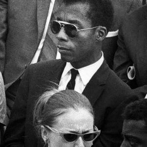 Kirjailija James Baldwin (keskellä)