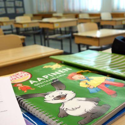 Alakoulun luokkahuone tyhjillään