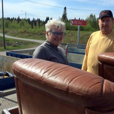 Maija ja Kari Kuronen toivat Liperin Viinijärveltä kärryllisen jätettä Kontiosuolle.