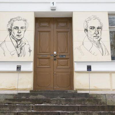 Vappu Rossin lisätyn todellisuuden taideteos observatorion seinässä.