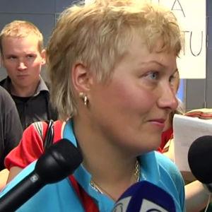 Olympiavoittaja Satu Mäkelä-Nummela haastattelussa lentokentällä palattuaan kotiin Pekingistä 2008.