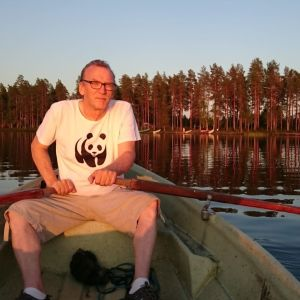 Luontokuvaaja Benjam Pöntinen soutelee järvellä.