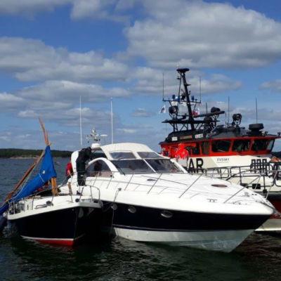 En segelbåt med bruten mast, en motorbåt och Sjöräddningens båt guppar bredvid varandra på havet. I en kollision mellan motorbåten och segelbåten dog personer.