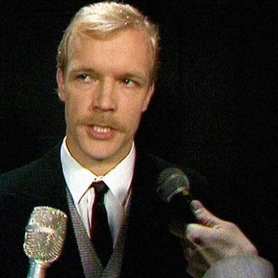 Ihamuotila (Kari Heiskanen) antaa selventävän lausunnon (1983).