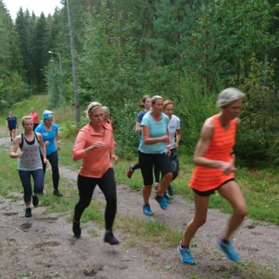 Flera kvinnor springer upp för en backe.