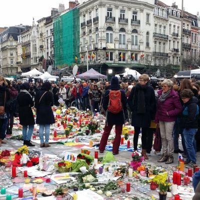 Människor sörjer offren för terrordåden
