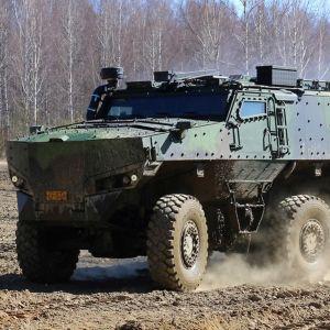 En bild på en misu, ett miitärfordon som kör på en lerig åker.
