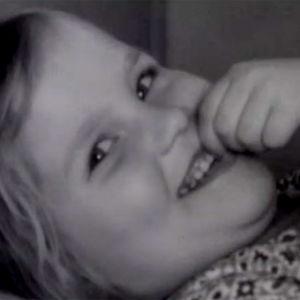Ote Hyrrä-ohjelmasta: hymyilevä tyttö lastenkodissa (1973).