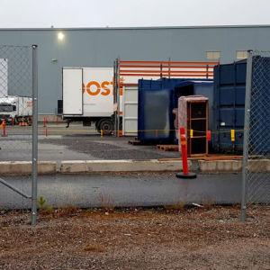 Ett hål i det staket som är runt Postens logistikcentral i Lundo under poststrejken i november.