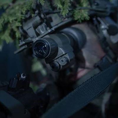 Sotilas pimeänäkölaitteen kanssa.