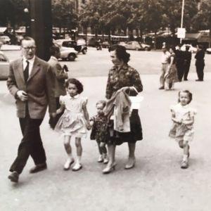 Sakarin perhe Pariisin katuvilinässä 1950-luvulla.