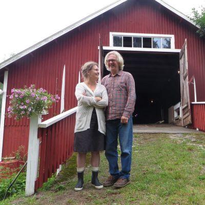 Kira Boesen-Muhonen ja Matti Muhonen oman teatterinsa ovella Savonlinnan Muhasaaressa.
