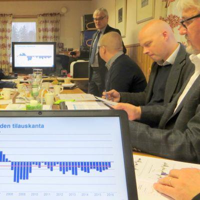 Tilaukset ovat pitkän ajan keskiarvon alapuolella, mutta EK:n barometrissa näkyy pientä kasvua, kertoo Jari Haapasalmi..