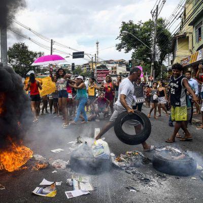 Poliisien lakkoa vastustavat mielenosoittajat polttivat renkaita tiistaina Vitórian kaupungissa Brasiliassa.