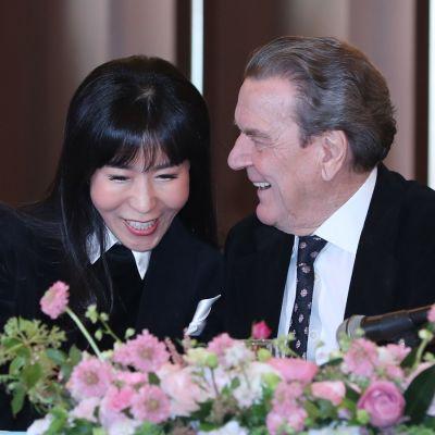 Saksan entinen liittokansleri Gerhard Schröder uuden elämänkumppaninsa Kim So-yeonin kanssa tammikuussa 2018.