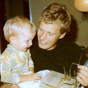 Jag i min pappas famn, år 1974.