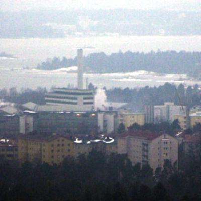 Rök stiger upp från kraftverket på bild tagen av tornkamera