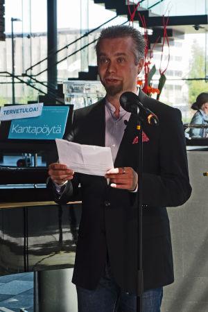 Säveltäjä Pasi Lyytikäinen pitää puheenvuoron Kantapöydän suorassa lähetyksessä Musiikkitalon kahvilassa 27.5.2015.
