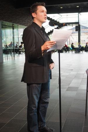 Säveltäjä Olli Virtaperko pitää puheenvuoron Kantapöydän suorassa lähetyksessä 13.5.2015.