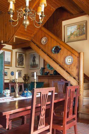 Suvirannan taiteilijakodin ruokasali ja puiset portaat yläkertaan.