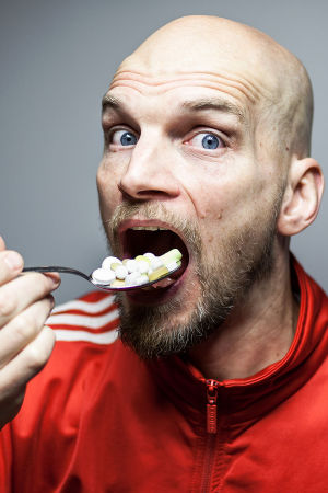 Mikko Penttilä syö vitamiineja