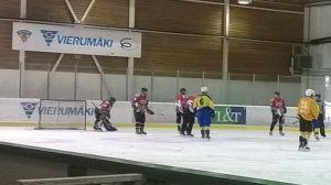 tolkis bollklubb spelar ishockey mot Storbritanniens universitetslandslag i ishockey i Vierumäki 21.06.15