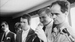 Toimittajia Neste Oy:n Tiiskeri-tankkeria koskevassa tiedotustilaisuudessa toukokuussa 1970. Oikealla toimittaja Jukka Pakkanen ja hänen vieressään luonnonsuojelijoiden edustaja maisteri Ollila.