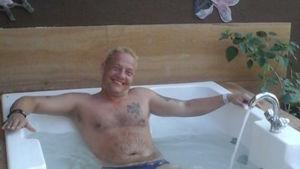 Sirpan aviomies Jonny kylvyssä.