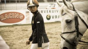 Ratsastaja katsoo hevosta