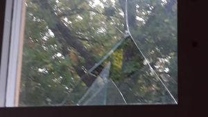 En söndrig fönsterruta.