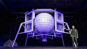 Jeff Bezos visar upp månlandaren Blue Moon.