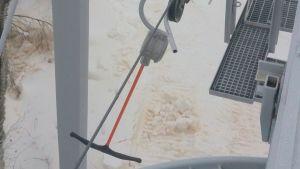 En skidlift har fastnat i liftanordningen på Öjberget i Vasa
