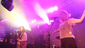 Mia och Emma gör en energisk show på Musik och Talang i Vasa