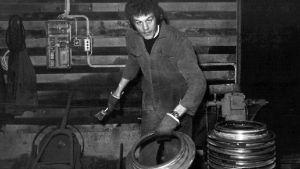 Man som jobbar i en fabrik. Bilden är från 1970-talet.