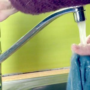 Tiskirättiä virutetaan vesihanan alla