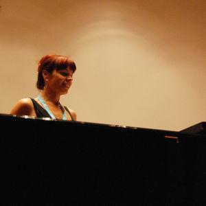 Mies ja nainen pianon äärellä