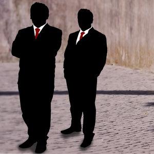 Grafik av två rika män som vänder ryggen mot en tiggare