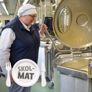 Paula Kolppanen-Valli visar hur dagisbarnens äppelkräm tillagas i Espoo caterings nya storkök i Kilo.