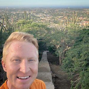 Mårten Boström vid trapporna på Aruba.