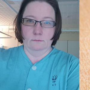 Bilden är tvådelad. Den första delen visar en kvinna i kort brunt hår, iklädd en pyamas från ett sjukhus. Hon står i ett rum i ett sjukhus. Den andra bilden visar en fästing i närbild.