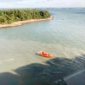 En räddningsbåt utanför Viking Amorella som gått på grund utanför Åland den 20 september.