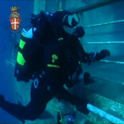 Dykare som dyker inne i Costa Concordia