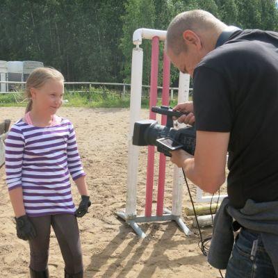 tyttö ja kameramies tv-sarjan kuvauksissa