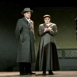 På scenen övar Jerry Wahlforss, Amanda Nyman och Daniela Franzell.