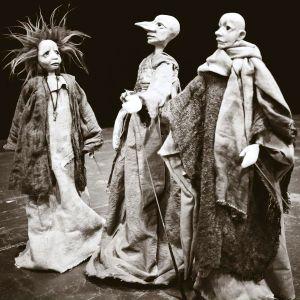 Tre dockor i svartvitt.
