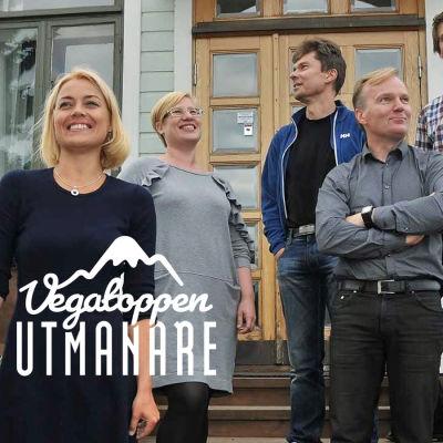 Fem personer står på en hustrappa.