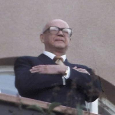 Urho Kekkonen Tamminiemen parvekkeella 75-vuotissyntymäpäivänsä aamuna.