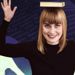 Kirjastolainen, lukuaktivisti Henriika Tulivirta tasapainottelee kirjaa päänsä päällä