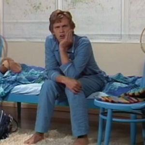 Benny Törnroos sitter på en säng