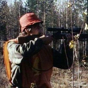 Metsästäjä tähtää kiväärillään.